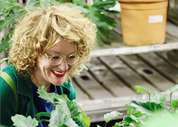 carolien-rutgers-rood-bloem-utrecht-winkel-groene-planten-inkopen